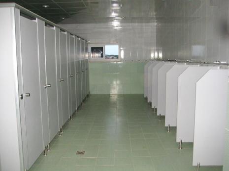 vách nagwn vệ sinh màu ghi xám