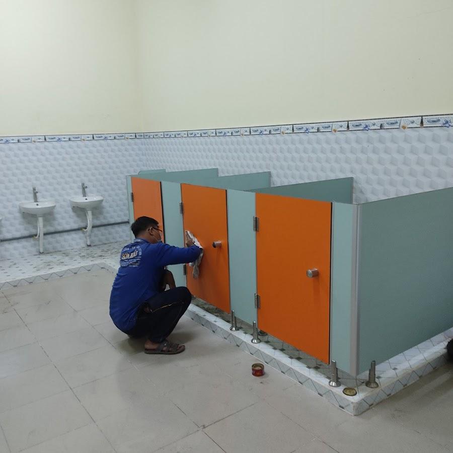 Đội ngũ Vách ngăn Nam Miền Trung đang thực hiện một công trình vách ngăn vệ sinh Compact