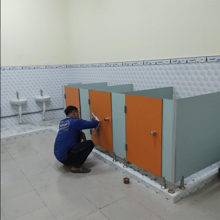 Đội ngũ Nam Miền Trung đang tận tâm thi công vách ngăn cho khách hàng
